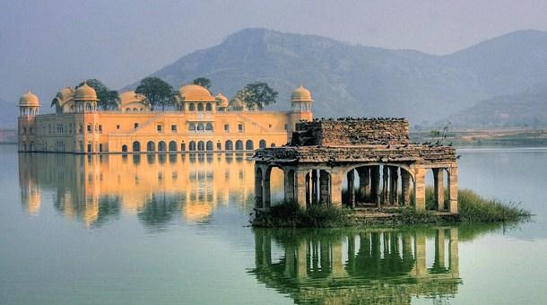 palacios-en-lago-udaipur